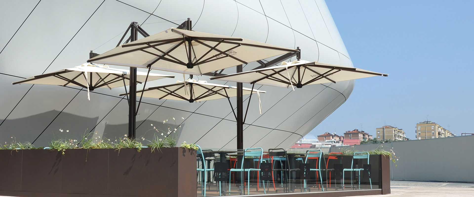 ombrelloni in zona urbana